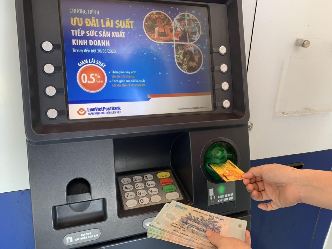 Hà Nội: Hơn 8.000 người ở quận Hà Đông nhận lương hưu, trợ cấp BHXH qua thẻ ATM