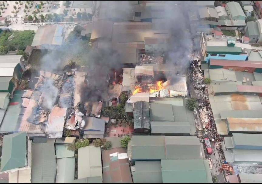 'Bà hỏa' thiêu rụi hàng chục lán xưởng ở làng mộc Hữu Bằng