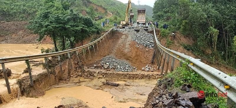 Một đoạn quốc lộ 26 bị lũ cuốn trôi, người dân vất vả lội suối leo đồi