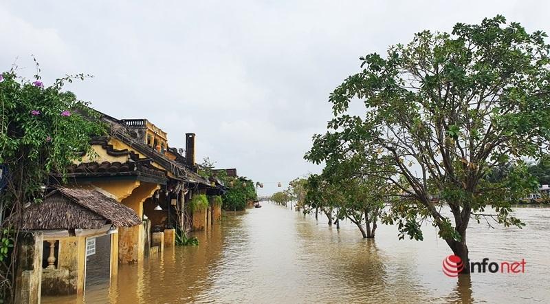 Phố cổ Hội An lại chìm trong biển nước, khách du lịch ngồi thuyền dạo phố