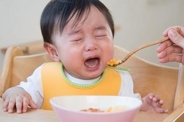 Trẻ ngày càng biếng ăn dù cha mẹ học đủ kiểu nuôi con trên mạng