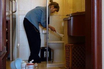 Nữ nhân viên bị phạt nửa tháng lương vì vào phòng khi sếp đang tắm