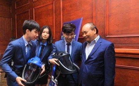 Nhóm nhà sáng chế trẻ được Thủ tướng Nguyễn Xuân Phúc biểu dương nhờ Mũ cách ly di động