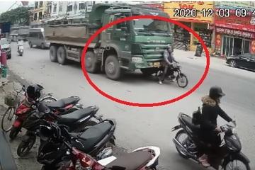 Màn 'hãm phanh' điêu luyện của tài xế xe máy kéo xe 'hổ vồ' khiến dân mạng trầm trồ