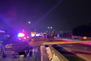 Máy bay hạ cánh khẩn cấp, lao xuống đường cao tốc đâm vào ô tô