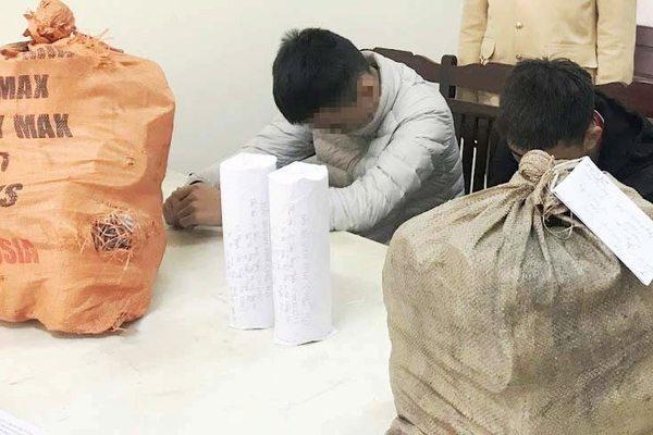 Nghệ An: 2 học sinh vận chuyển gần 30kg pháo nổ tự cuốn đi bán