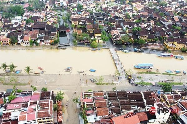 Hàng trăm công nhân môi trường cùng người dân dọn bùn non tràn ngập phố cổ Hội An