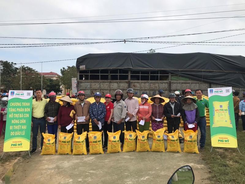 PVFCCo trao tặng 280 tấn phân bón cho bà con bị thiệt hại do bão lũ