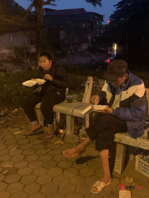 Người phụ nữ 'giấu mặt' hơn 10 năm phát cơm cho người vô gia cư ở Hà Nội