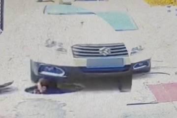 Ô tô va trúng nhân viên vệ sinh thò đầu khỏi miệng cống
