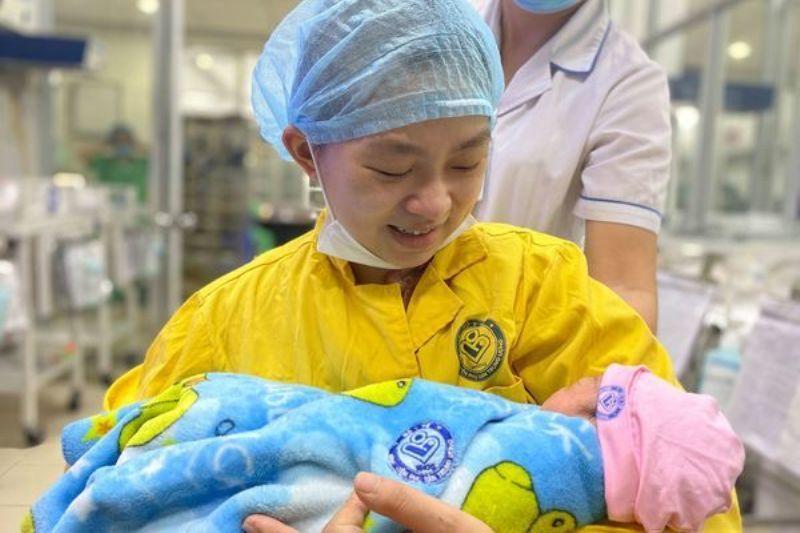Bộ trưởng Bộ Y tế khen ngợi ê kíp y tế cứu sản phụ mang thai 30 tuần