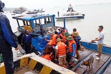Tàu chở hơn 2.000 tấn xi măng bị chìm, 10 người được cứu sống