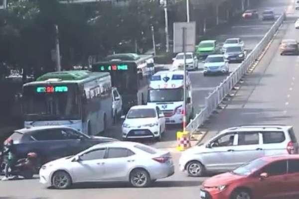 Xe cứu thương bấm còi inh ỏi, nữ tài xế vẫn không nhường đường