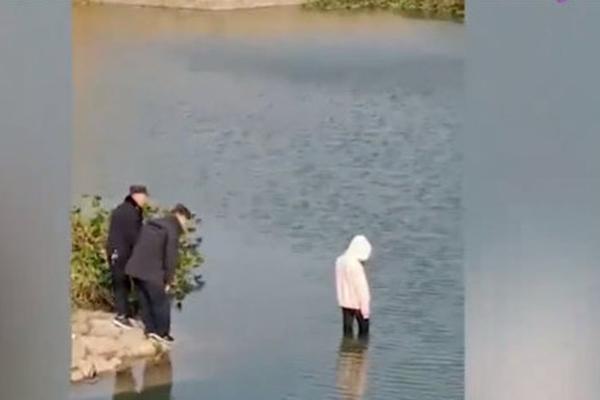 Tranh cãi việc 4 cảnh sát không biết bơi, đứng nhìn thiếu nữ chết đuối