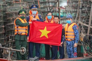 Trao 2.000 lá cờ Tổ quốc cho ngư dân Nghệ An