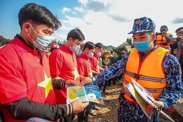 Chùm ảnh: Tuyên truyền cho bà con Nghệ An về Luật Cảnh sát biển