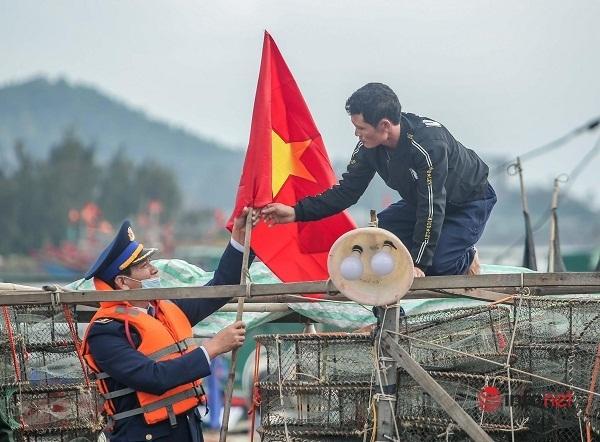 Chùm ảnh: Bộ Tư lệnh Cảnh sát biển tặng quốc kỳ, khám chữa bệnh miễn phí cho ngư dân ven biển Nghệ An