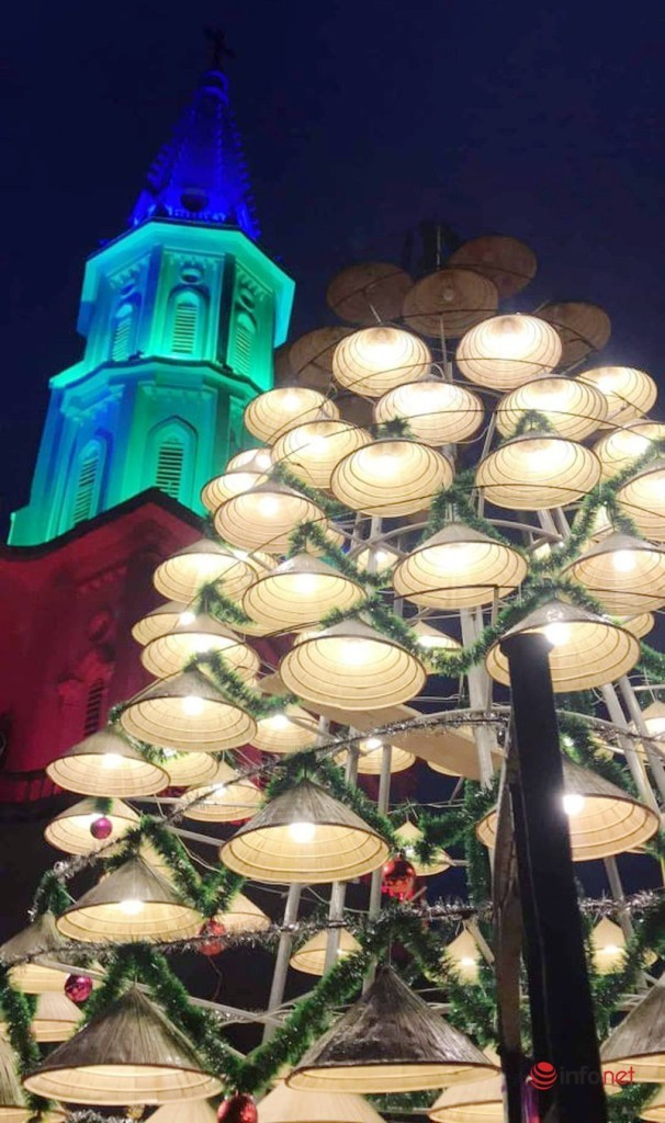 Điều đặc biệt ở cây thông Noel được kết bằng hơn 1.000 chiếc nón lá