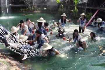 'Trớ trêu' 30 người đẹp thi Hoa hậu Thái Lan ngã nhào xuống ao