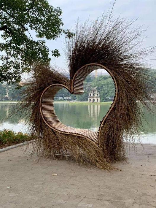 Trái tim lông ở Hồ Gươm bị 'ném đá', ban tổ chức đã dọn đi sáng nay