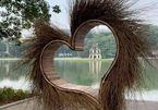 """Trái tim lông ở Hồ Gươm bị """"ném đá"""", ban tổ chức đã dọn đi sáng nay"""