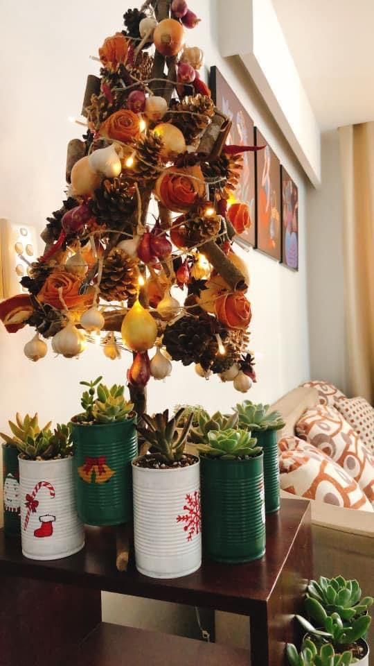 Mẹ khéo tay tái chế vỏ lon thành chậu hoa trang trí Noel đẹp mắt