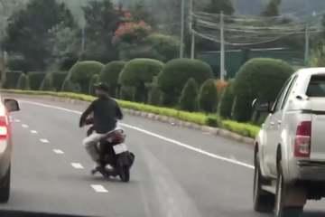 Lâm Đồng: Triệu tập thanh niên chạy xe máy lạng lách, đánh võng trước đầu xe ô tô