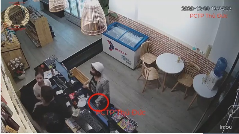 Hai nhân viên bán hàng hoa mắt vì màn trộm 2 điện thoại 'có nghề'