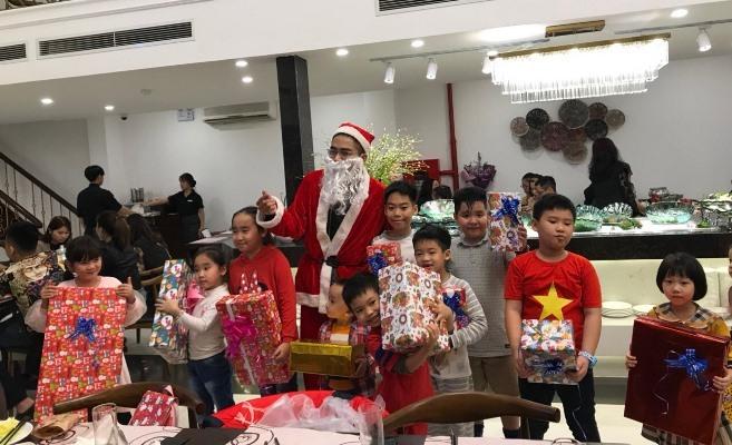 Đắt khách dịch vụ ông già Noel đeo khẩu trang đi tặng quà, càng cận ngày giá càng tăng