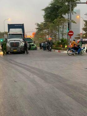 Hà Nội: 2 ô tô con bị tông bẹp dúm khi dừng chờ đèn đỏ, nhiều người bị thương