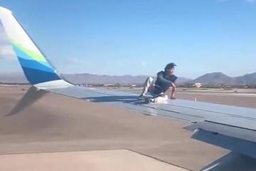 Bắt tại trận người đàn ông vô tư trèo lên cánh máy bay sắp khởi hành