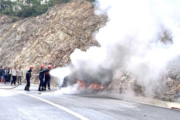Quảng Ninh: Ô tô gặp tai nạn cháy trơ khung, 3 người thương vong