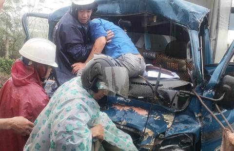 4 ô tô tải tông liên hoàn, huy động máy múc cứu tài xế kẹt cứng trong cabin