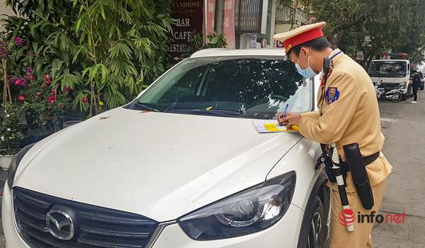 Hà Nội: CSGT dán thông báo phạt nguội ô tô vi phạm dừng, đỗ