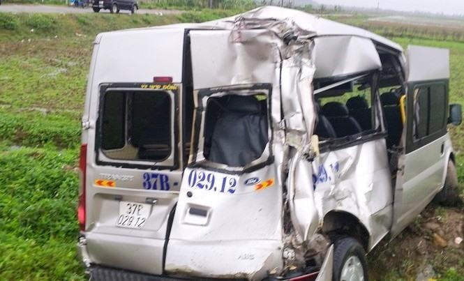 Nghệ An: Xe container va chạm xe khách, 3 người bị thương nặng