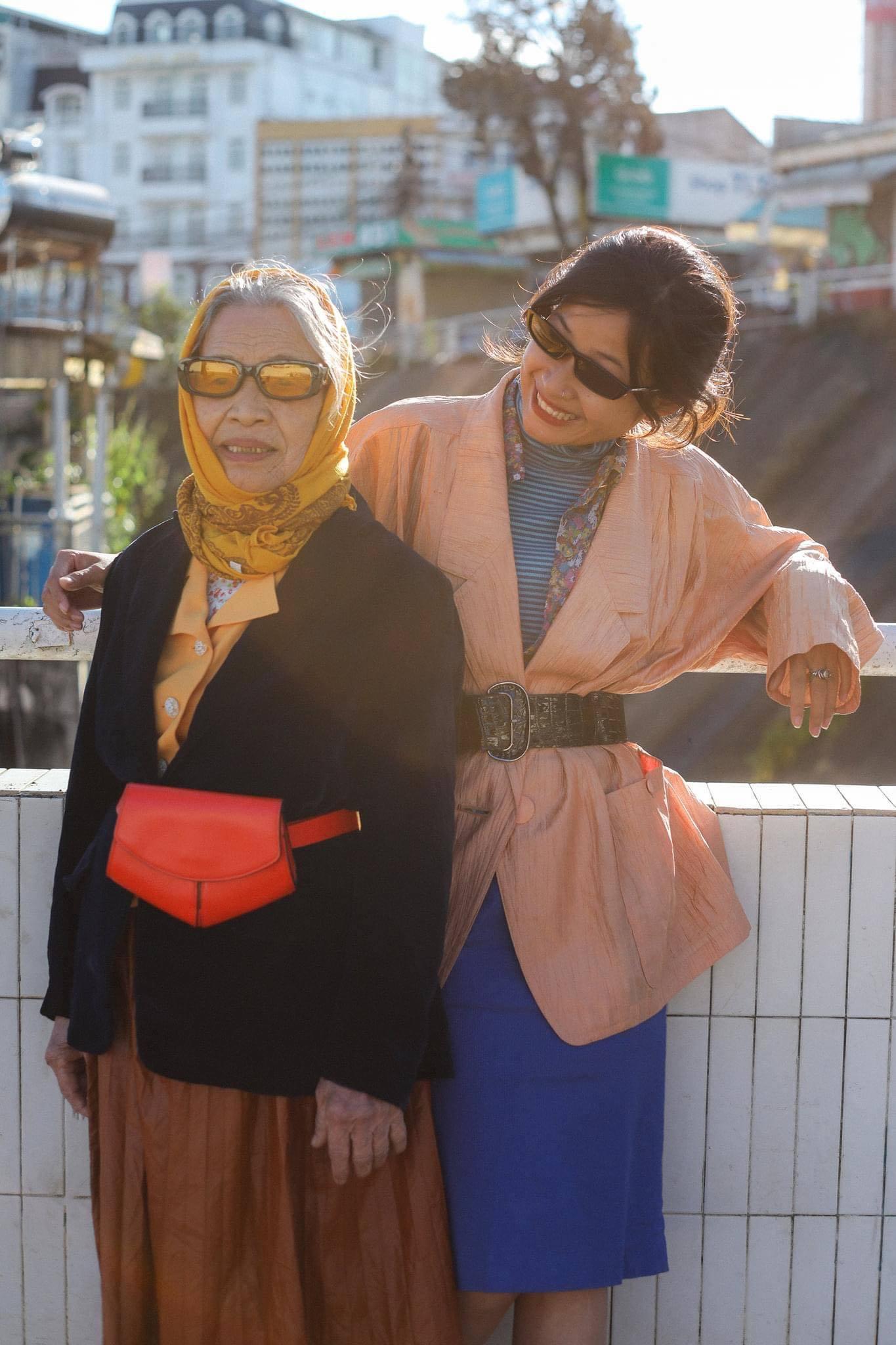 Bà nội U90 cùng cháu gái chụp bộ ảnh thời trang 'chất lừ'