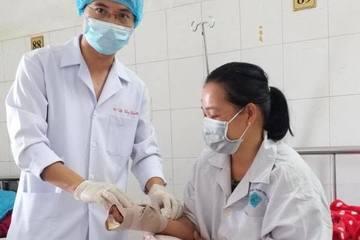 Xay cá, nữ bệnh nhân bị máy cuốn nát tay