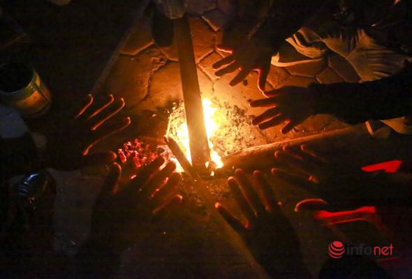 Hà Nội rét 'cắt da cắt thịt', người lao động đêm co ro bên đống lửa