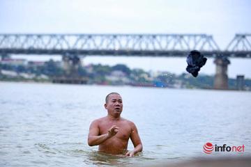 """Rùng mình nhìn người đàn ông lao xuống sông Hồng """"tắm tiên"""" trong giá rét căm căm"""