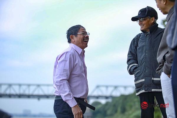 Rùng mình nhìn người đàn ông lao xuống sông Hồng 'tắm tiên' trong giá rét căm căm