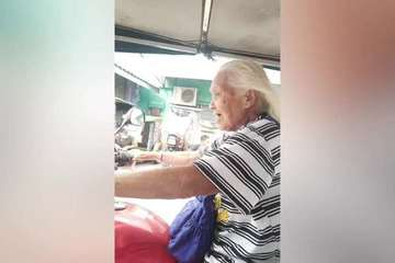 Cụ bà 88 tuổi ngày ngày chạy xe ôm 13 tiếng để kiếm sống