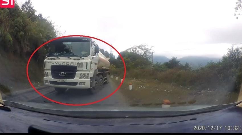 Xe bồn 'cướp' làn ngược chiều suýt gây tai nạn trên đèo