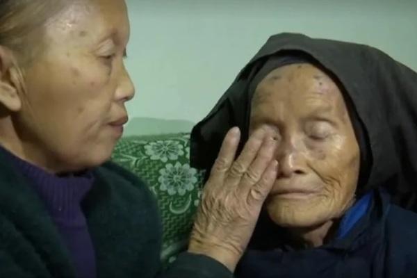 Mẹ bị lừa bán 40 năm trước, con gái mất 19 năm tìm ông bà ngoại
