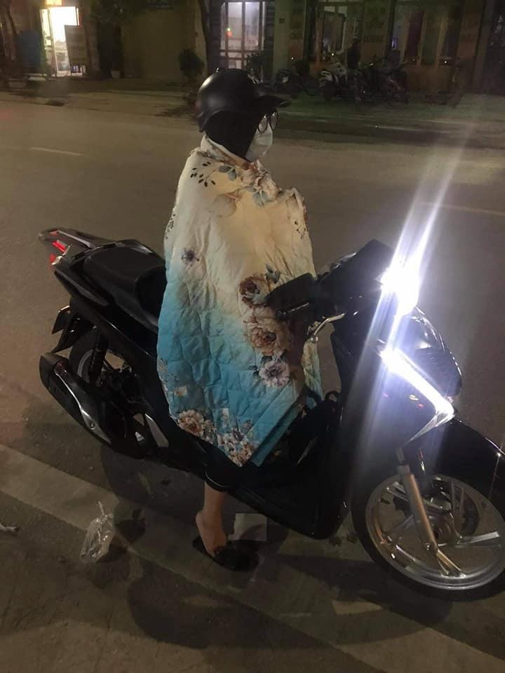 Giá rét, hot trend trùm nguyên chăn bông phi xe máy gây bão mạng