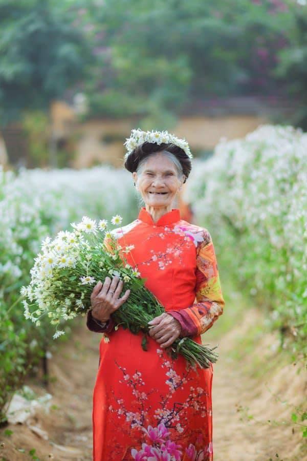 Cụ bà 85 tuổi chụp ảnh với cúc họa mi thu hút hơn cả 'hot girl'