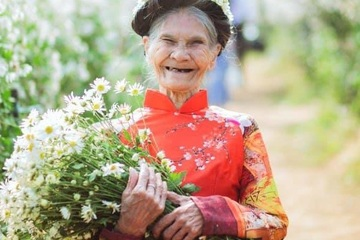 """Cụ bà 85 tuổi chụp ảnh với cúc họa mi thu hút hơn cả """"hot girl"""""""