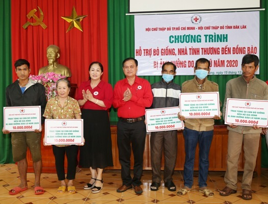 Chung tay hỗ trợ bà con vùng lũ Đắk Lắk khắc phục thiệt hại