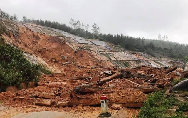 Huế: Mái taluy đường ven biển Cảnh Dương sạt lở sau mưa, nhiều vết nứt rộng 50cm