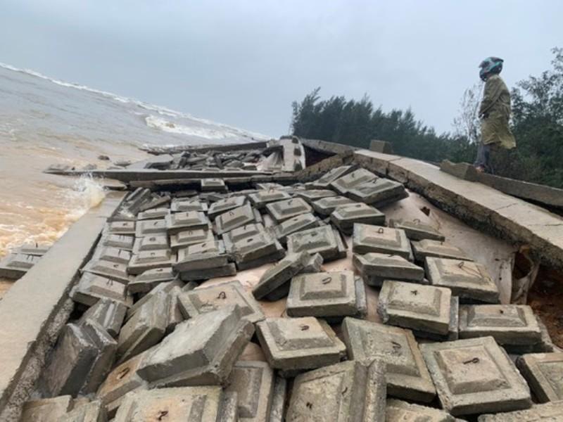 Hà Tĩnh: Khẩn trương khắc phục sạt lở kè đê biển hư hỏng nặng sau bão lũ