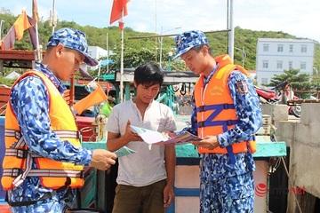 [Chùm ảnh] Cảnh sát biển tuyên truyền cho bà con, ngư dân, học sinh về pháp luật